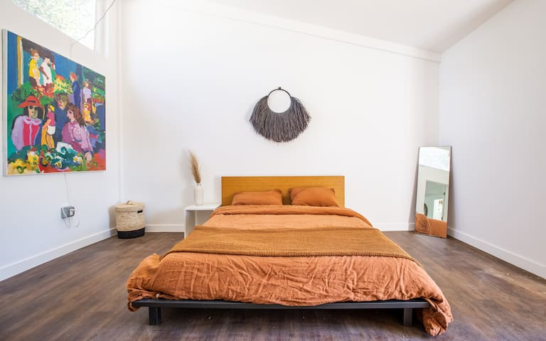 Guest house with a Queen bed