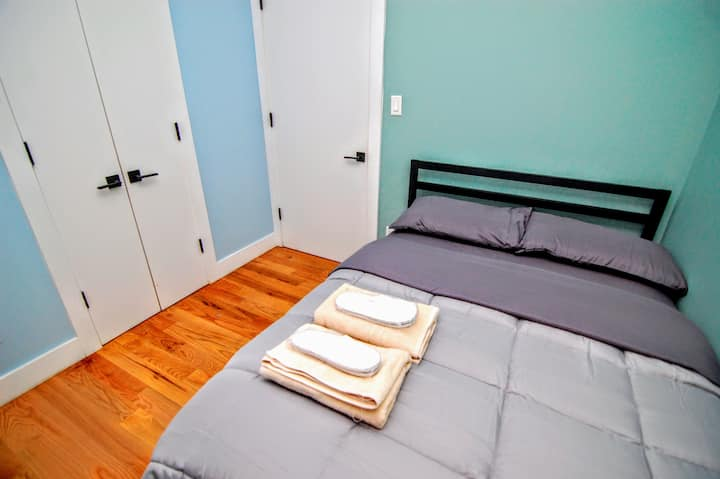 Cozy private bedroom 20 min to Manhattan A,C train