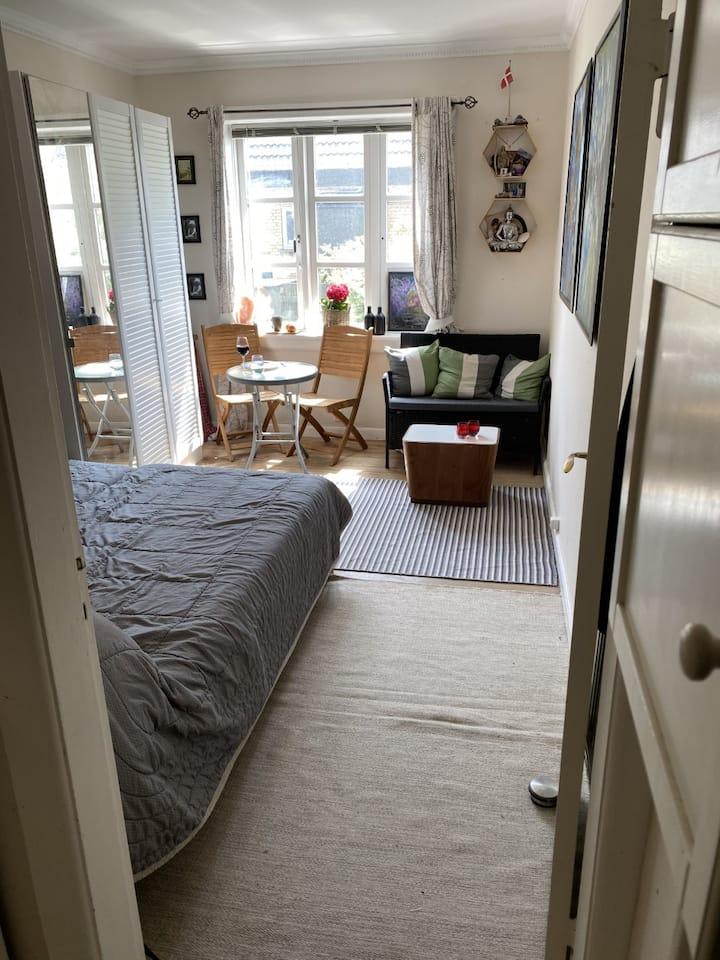 Privat skønt værelse, dobbeltseng og kontorplads
