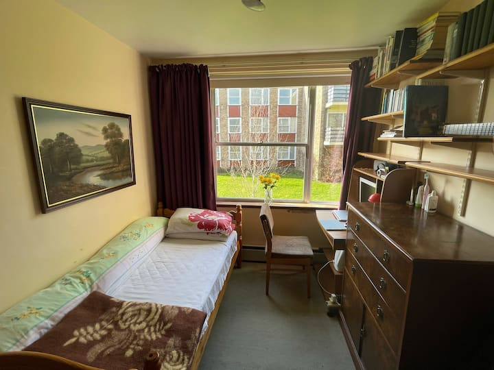 A bedroom in Oxford, nice park, free car parking