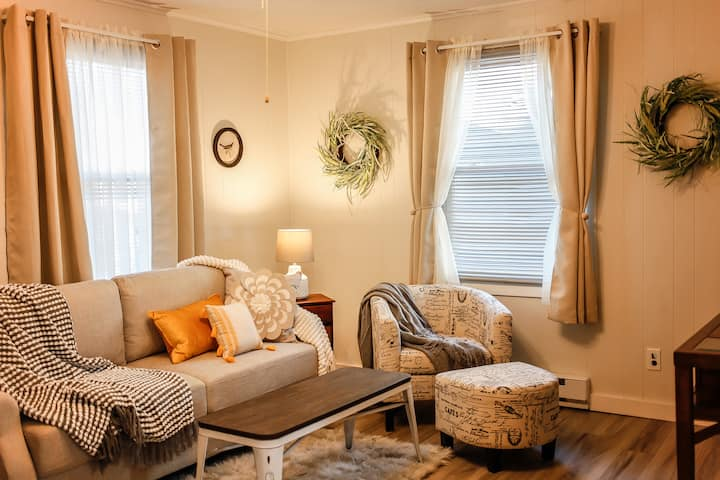 The Hideaway, a Super Cozy Cottage in Portsmouth