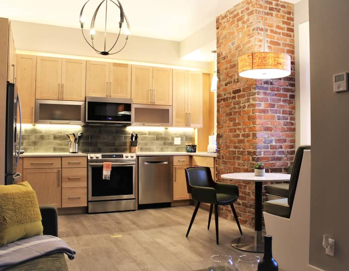 Contemporary Studio in Heart of Downtown Savannah!