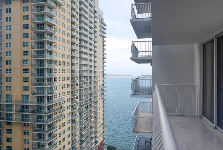 Cozy 1/1 Condo @ Brickell with 2 beds Pool/Gym
