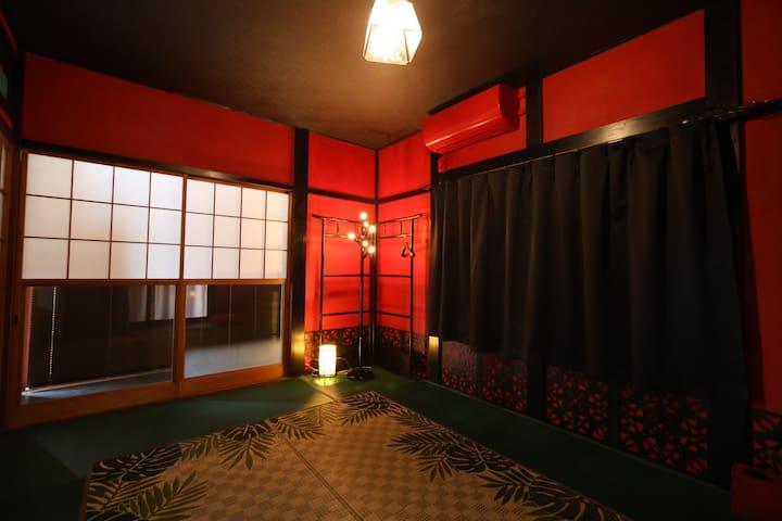 寝室2(主寝室)です。  海外からの和のイメージで作りました。 鮮やかな赤はまるで遊郭を思わせますが、 実際にはとても落ち着く色です。  ちなみに赤い壁には時間の流れをゆっくりにさせる効果があるらしいですよ。