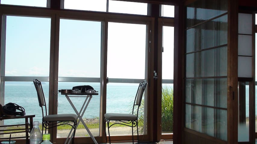 主寝室1と、その縁側です。  私も大好きな景色です。  カメラマンと私が飲んだペットボトルを取り忘れました・・ ご愛敬です。