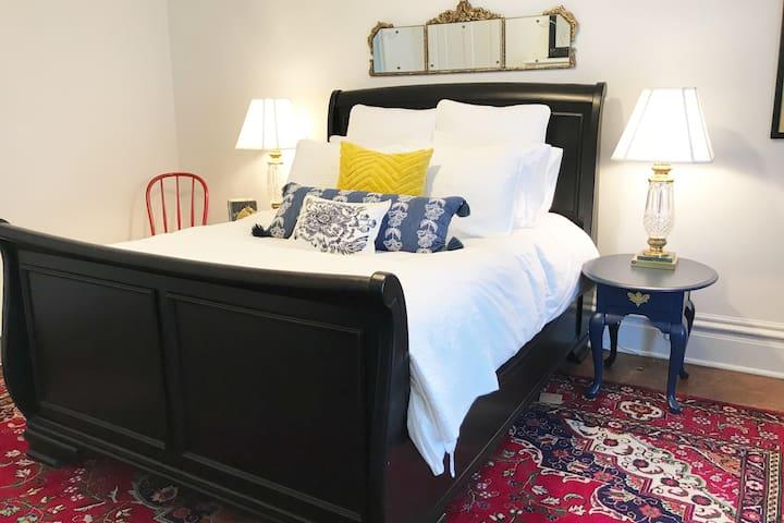 Bedroom 3 - queen sleigh bed
