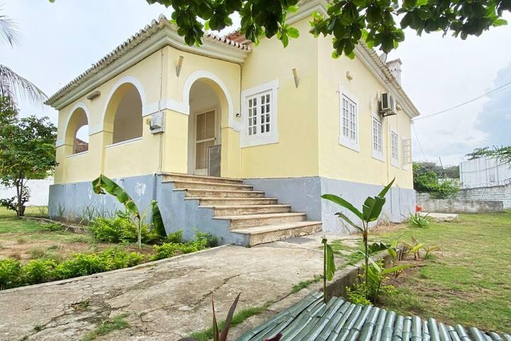 Casa com jardim, horta, empregada e pequeno-almoço
