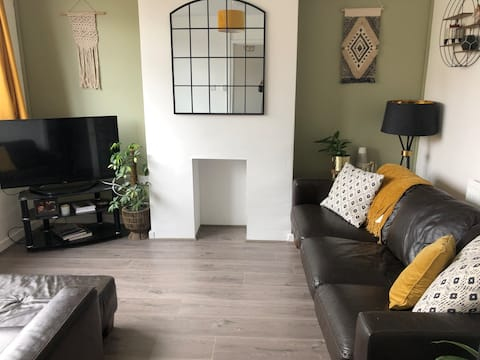 Modern and cosy, walking distance to Town