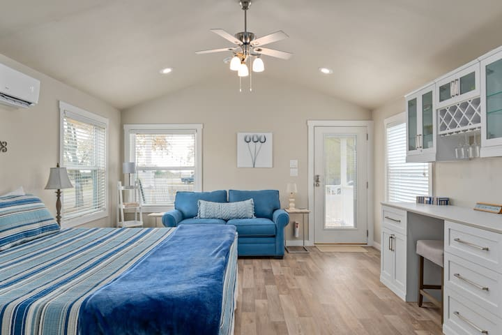 """""""The Suite"""" w/ King Bed - By The San Marcos River"""