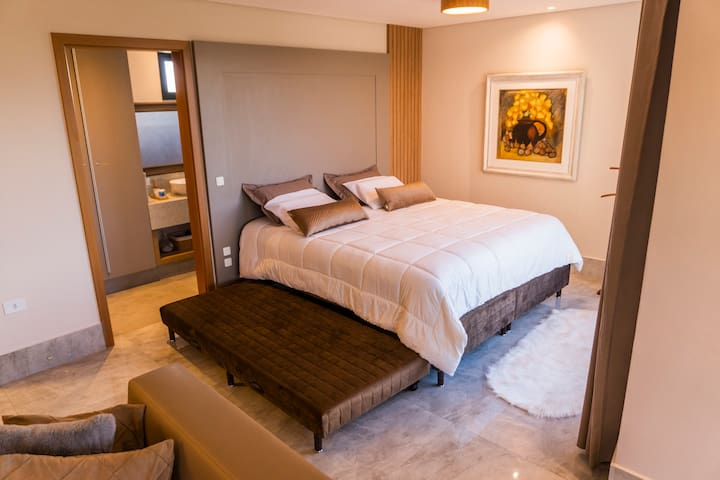 Cama king size, com cama auxiliar. (obs.) Disponibiliamos uma cama box, para a configuração de um quarto hospede