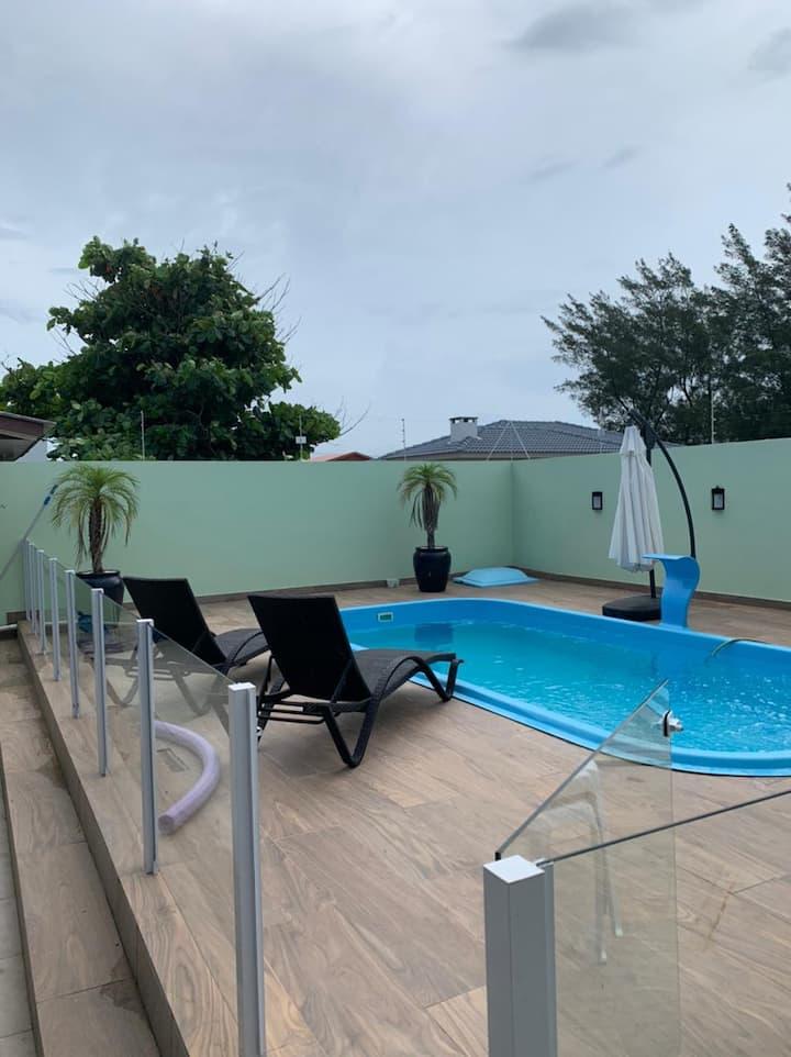 Casa grande com piscina a 150 metros da praia