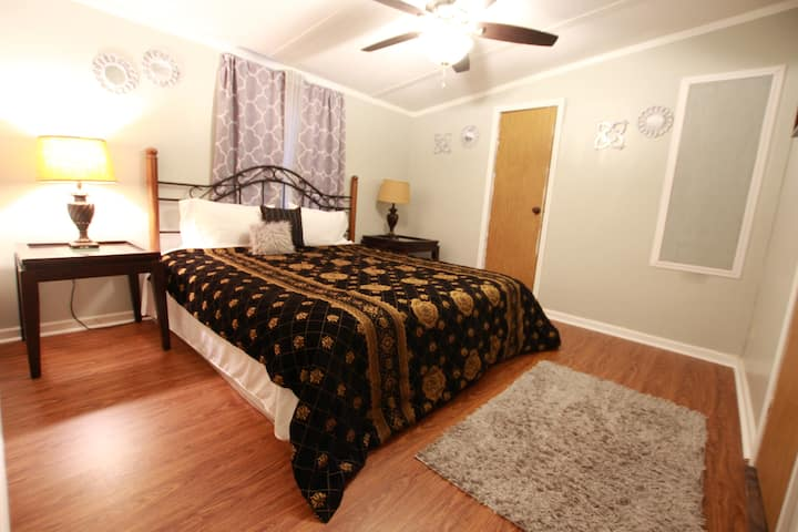 Master Suite w/ Private Bath, minutes from town