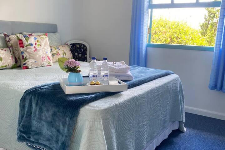 Suíte do Piso Térreo com cama Queen e Carpete