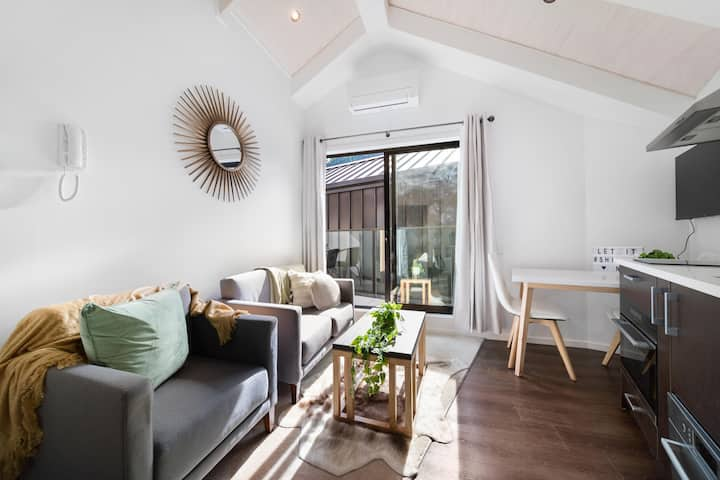Brand New Apartment 5 minute walk to Queenstown