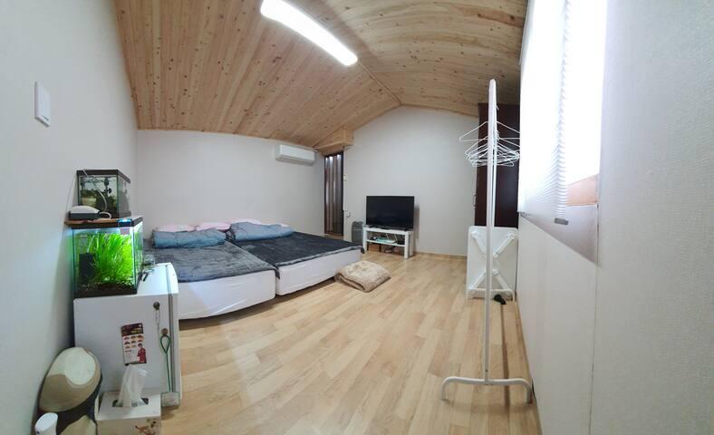 큰방 침대 2개가 연결된 넉넉한 큰방