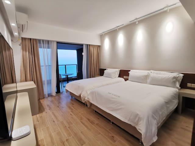 舒适的卧房可以一解你的疲惫,精致的布置让你身心愉悦,在阳台看海发呆,也能让时光变得特别起来。