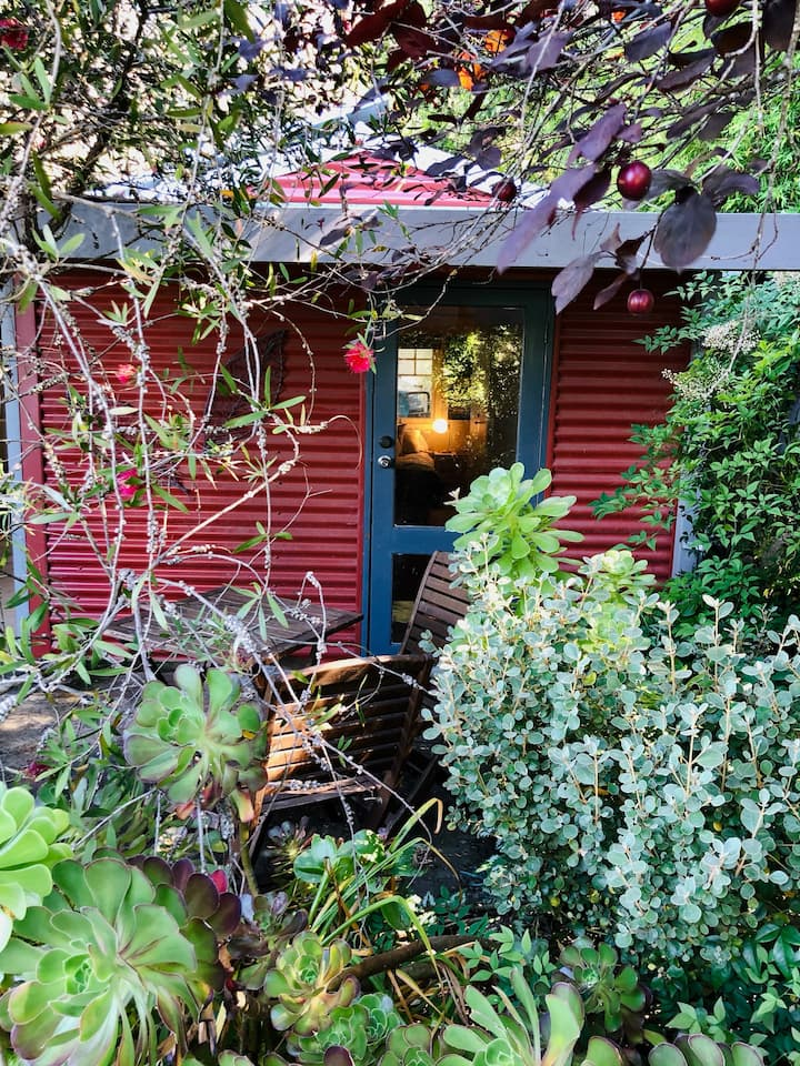The little lodger: Cosy Room set in a lush garden