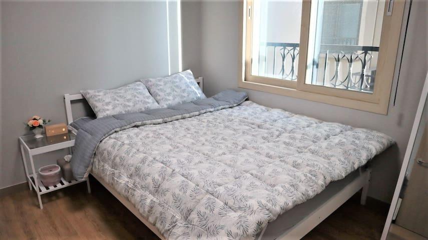 방1입니다.   퀸사이즈 침대에 침구류는 모달입니다. 모달은 가볍고 부드럽습니다.