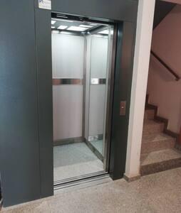 L'ascensor disposa d'il·luminació permanent i també d'il·luminació d'emergència.