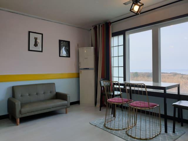 내부모습-더블침대1+주방+화장실로 구성된 원룸형 객실 내부가 넓어요!!, 취사가능, 객실안에서 멋진바다전망을 볼 수 있습니다.(총6객실 )
