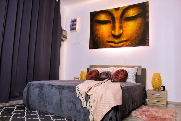 Dormitor Pat matrionial Lumina aprinsa