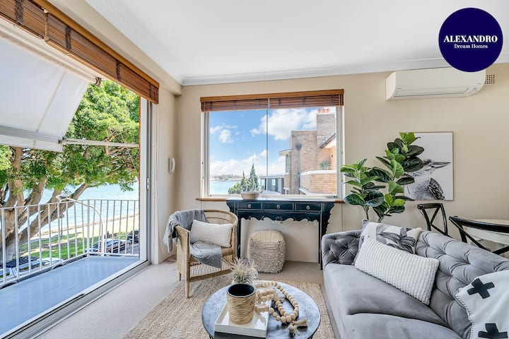 STUNNING HARBOURSIDE APARTMENT // CLOSE TO CBD