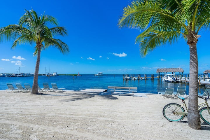ISLAMORADA 3bd  in WATERFRONT COMMUNITY w BEACH!!