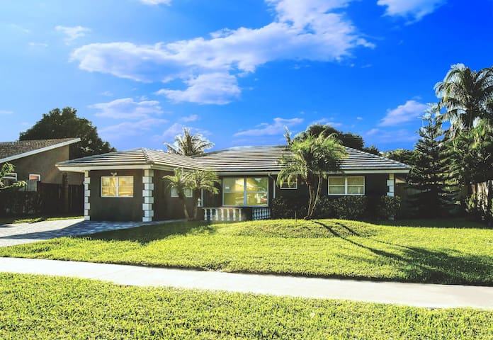 Rent Luxe 5 Star 3 Bed Hot PooL Steps to Boca Mall