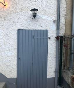 Il y a une lampe extérieure au dessus de la porte de la chambre à détection