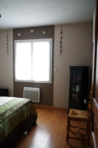 Chambre 1 avec sommier électrique avec indépendance de commande.  TV dans la chambre