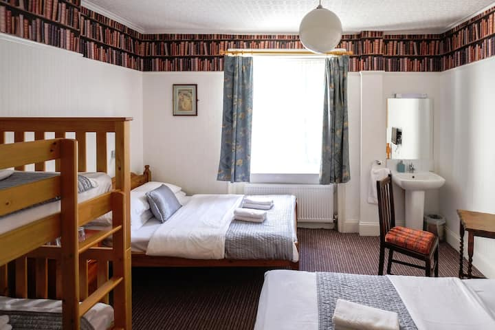 Family room for 5 at green B&B in leafy Bloomsbury