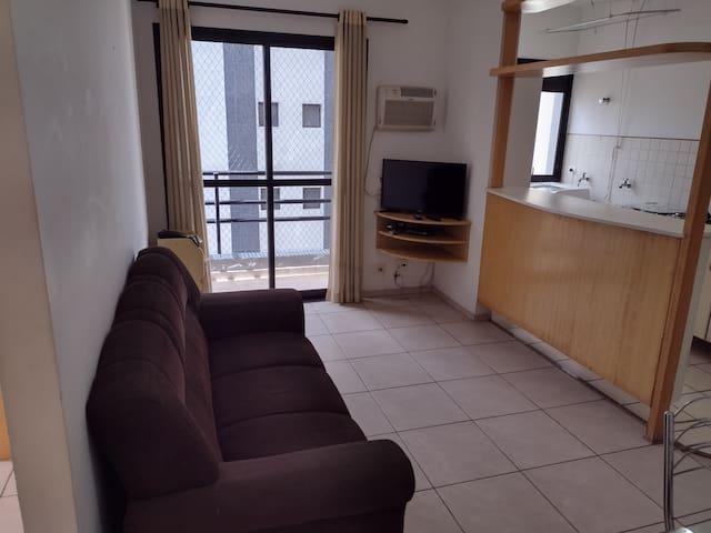Ampla sala, com sofá, mesa de jantar, tv a cabo, internet e ar condicionado