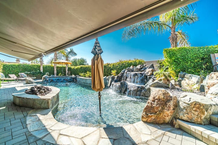 Desert Oasis - Luxurious Home in a Lake Community!