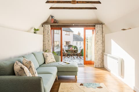 Luxury cottage for 2, with sea views & parking