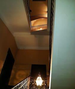 cage d'escalier très large jusqu'au deuxième étage