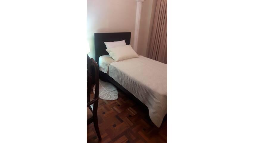 Habitación 1 con cama de plaza y media, con colchón ortopédico