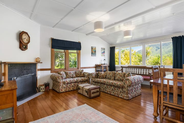 Charming 1940s Bach - Centrally Located Picton