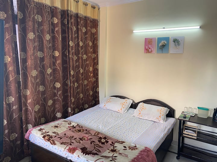 South Delhi Private room+attach bath+2min to Metro