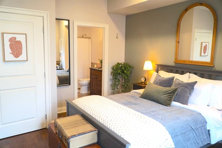 Gorgeous room w/private bath in great neighborhood