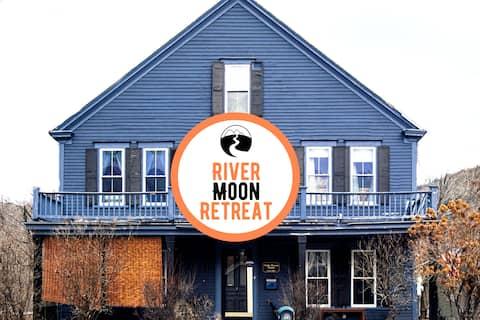 River Moon Retreat-8 BRs    HotTub    River   WiFi