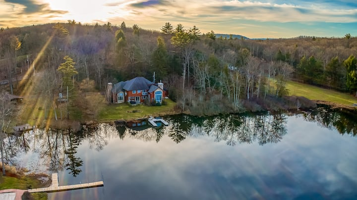 Catskills Palatial Lake Mansion 5Bd,3.5Bath,hottub