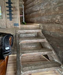 Till sovstugan som har dubbelsäng är det 2 trappsteg från altanen, till sovrummet och vardagsrum är det trappor.