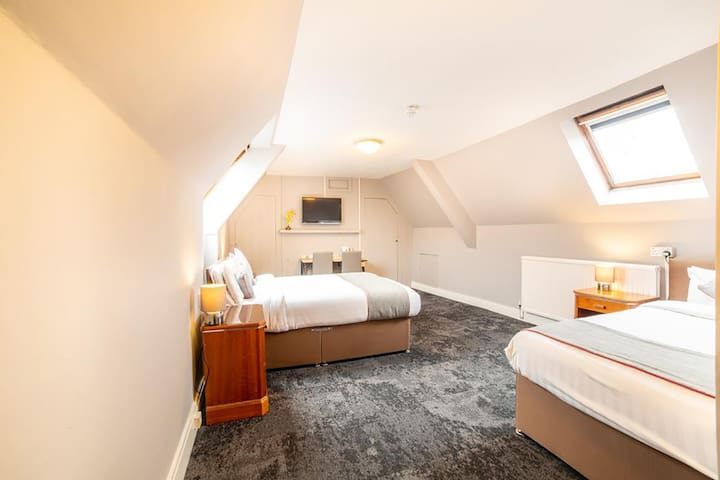 Deluxe Quad Room♣Free Wi-Fi♣ Laptop-Friendly Space