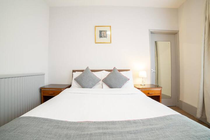 Family Room◘ Free Wi-Fi◘ TV ◘ Laptop-friendly room