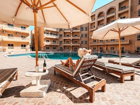-Sun-Soaked Accogliente appartamento vicino alla spiaggia | balcone, piscina.