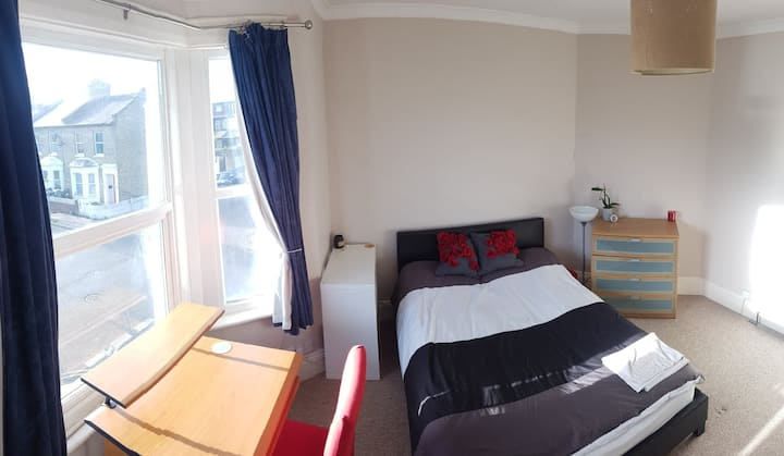 Double room two mins to tube, close to LHR