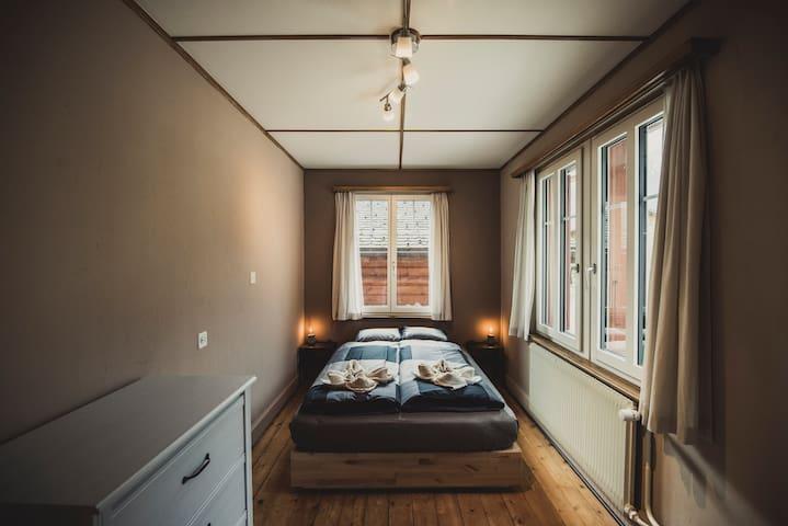 Das Schlafzimmer mit Bergsicht auf das Brienzer Rothorn befindet sich direkt neben dem Wohn- und Essbereich