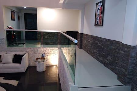 Amplios pasillos bordados con barandales de cristal templado.
