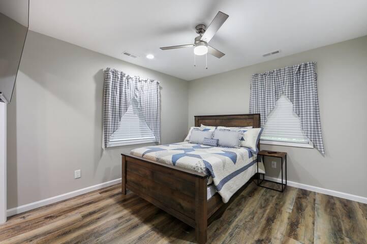 Queen bedroom with closet and full en-suite bathroom
