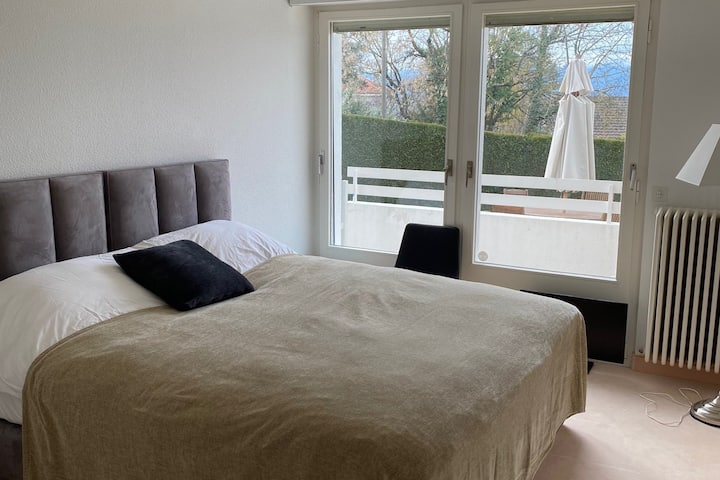 Deluxe bedroom, lake view, pool within 10metres